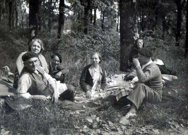 1wine_scenes_picnic_woods_est1950