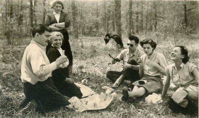 1wine_scenes_picnic_holding_carafe_est1958