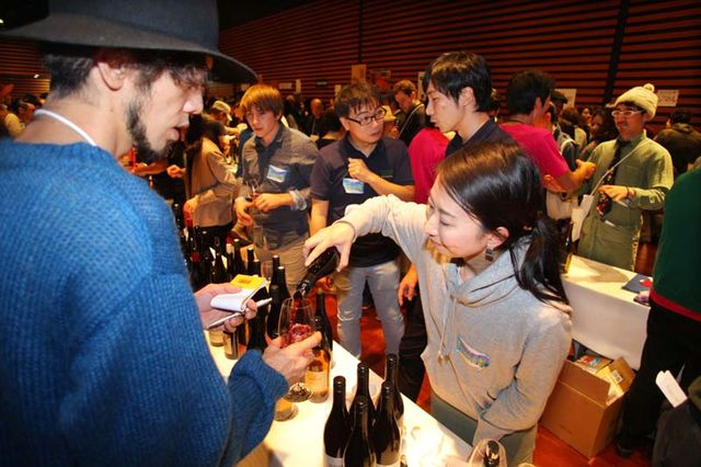 1festivin2015_table_pouring_red