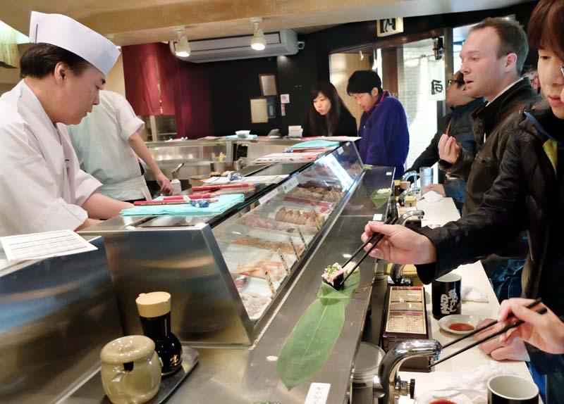 1ikebukuro_standing-sushi75yen_counter