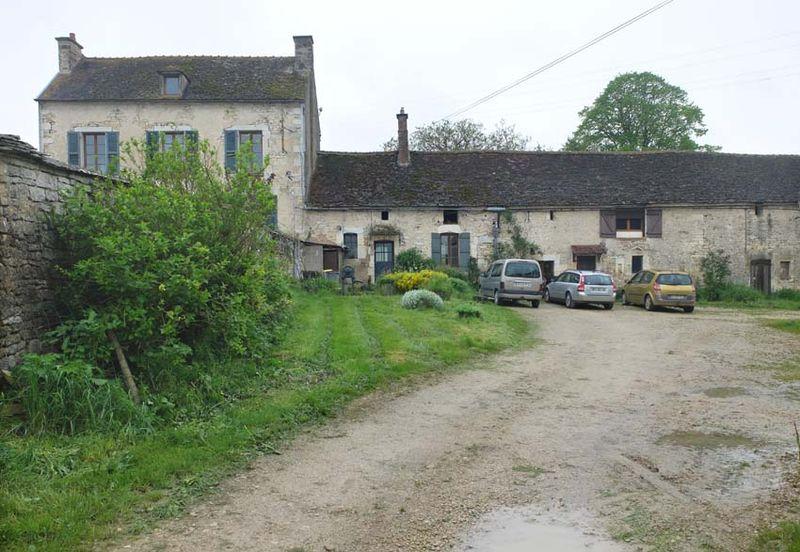 1ferme_de_la_chappe_courtyard_tonnerre