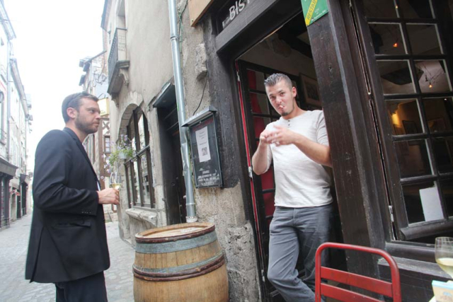 1blois_wine_bar_jeremy_chatting_customer