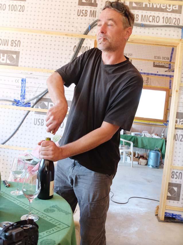 1andrea_calek_opening_bottle