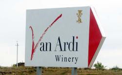 1van_ardi_wineri_sign