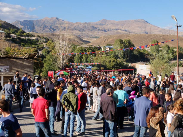 1areni_wine_fest_crowds