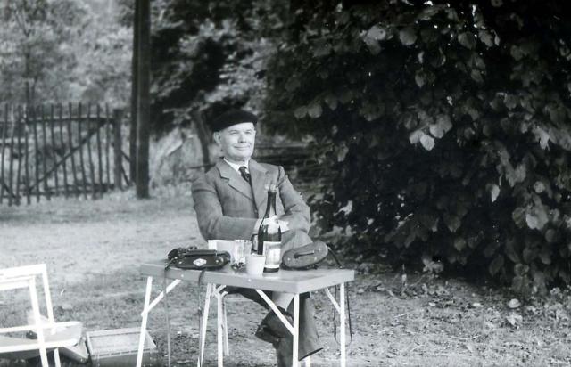 Wine_scenetable_picnic_beret1960