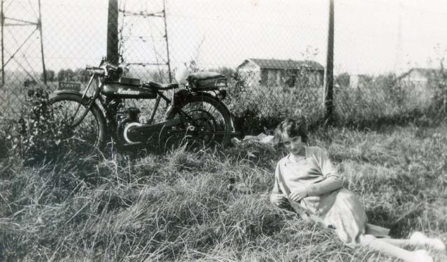 1wine_scene_date_motorbike1930