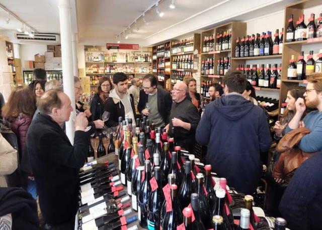 1cave_des_papilles_crowded_shop