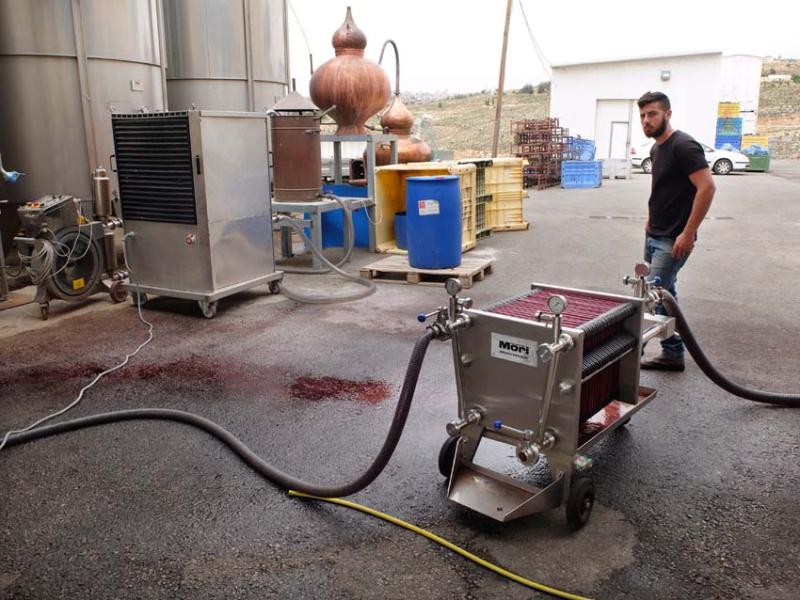 1psagot_winery_worker