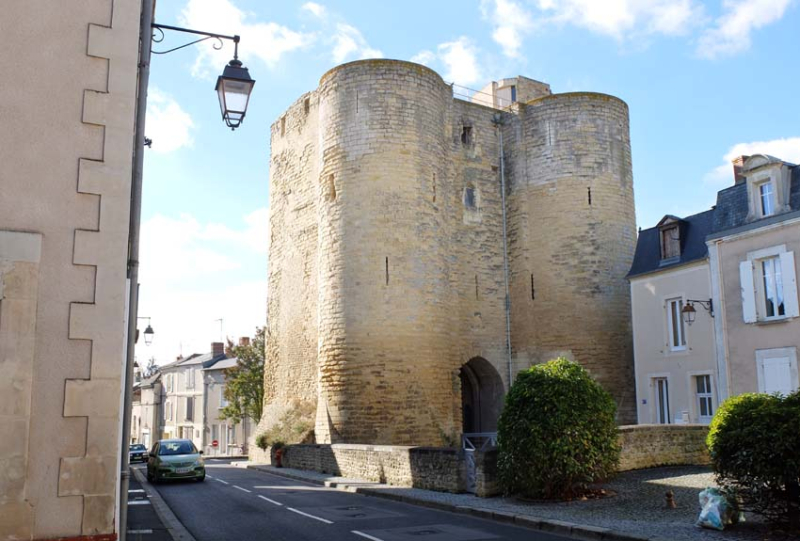 1medieval_fortress_thouars_loire