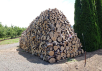 1hiyu_wine_heating_wood_on_road