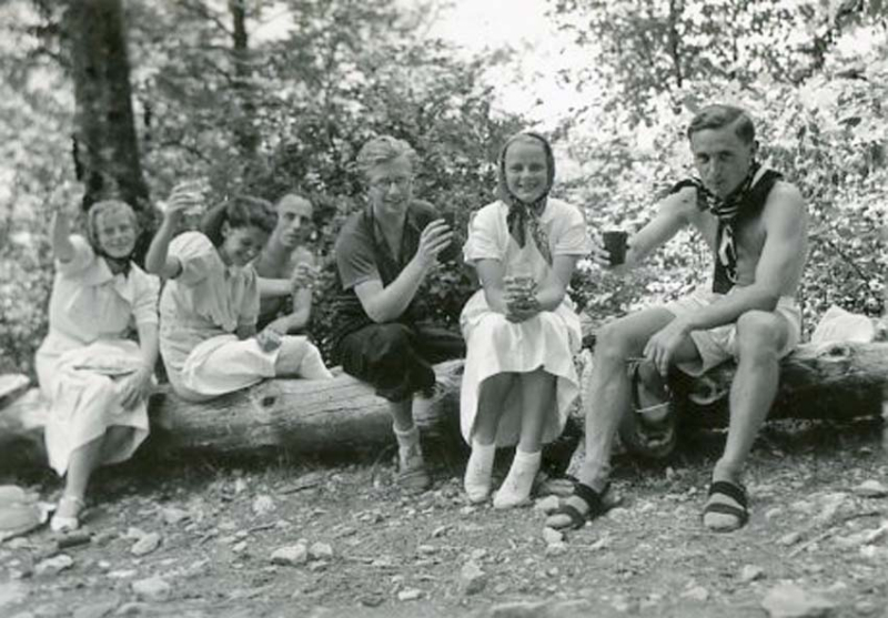 1wine_scenes_youths_mountain1938