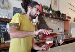 1ordinaire_diego_perez_pouring_rose_petnat