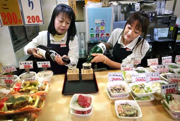 1tokyo_tachinomi_pouring_sake2