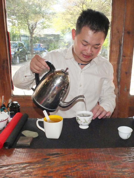 1tea_farm_Gu_Jing-Ran_pouring