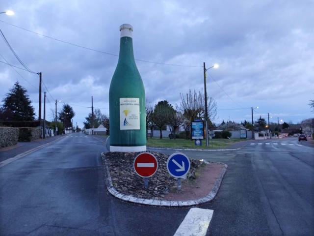 1montlouis_bottle_monument