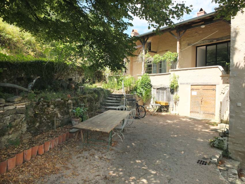 1vignes_maynes_house_courtyard