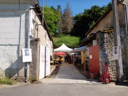 1maitresses_de_chai_courtyard_street