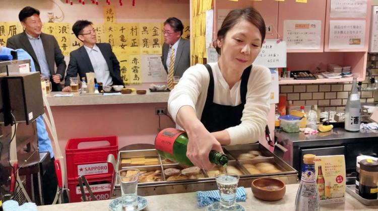 1tachinomiya_salarymen_pouring_sake