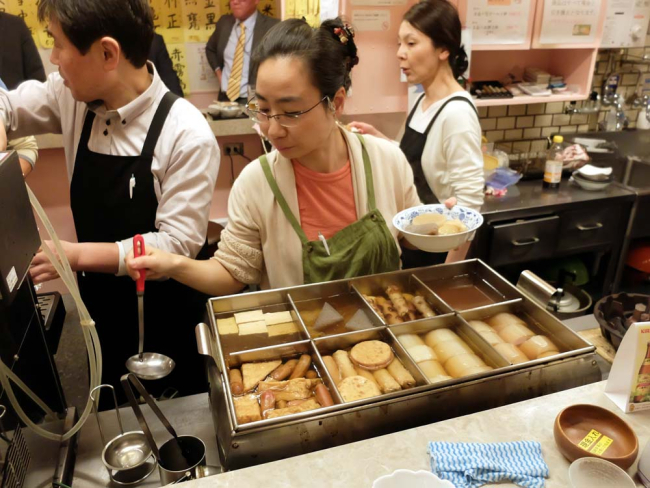 1tachinomiya_kyoto_station_oden_serving
