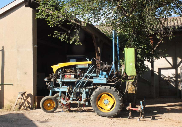 1dutraive_venerable_straddle_tractor