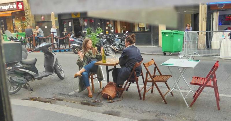 1au_nouveau_nez_tables_outside