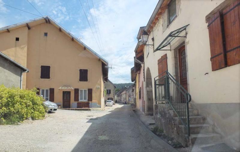 1mesnay_village_street