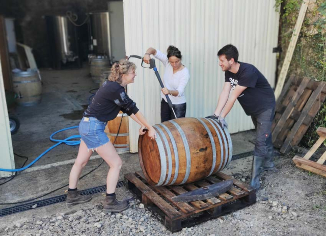 1domaine_taupe_cleaning_barrels