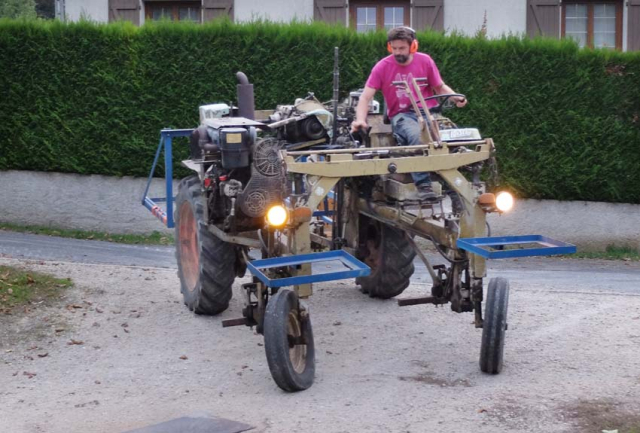 1ludovic_chanson_straddle_tractor1