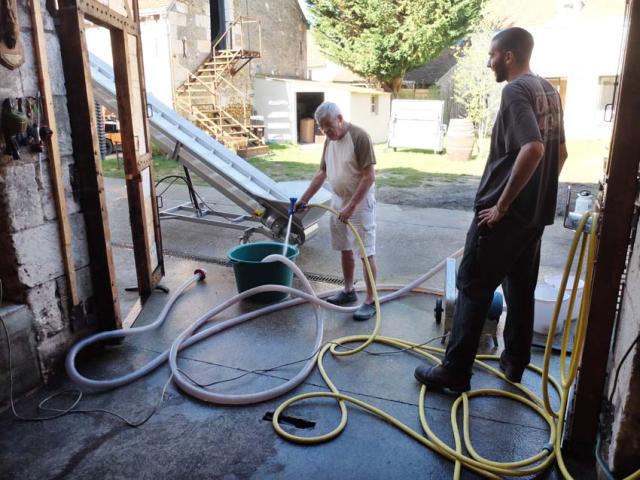 1laurent_saillard_hosing_cleaning