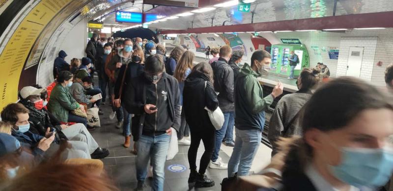 1paris_terraces_crowded_metro